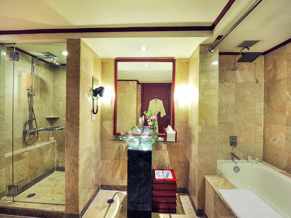 Deluxe Suite - Bathroom - Hotel Borobudur Jakarta