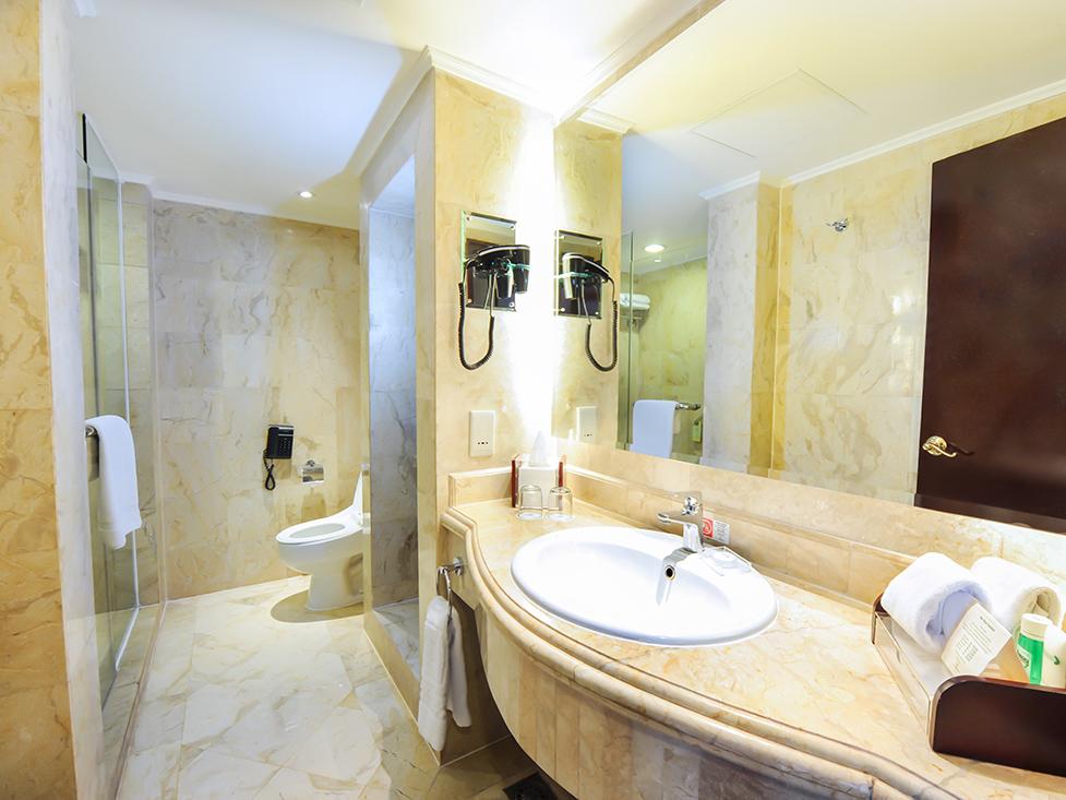 Junior Suite - Bathroom - Hotel Borobudur Jakarta